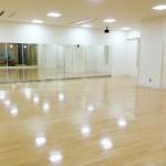 清潔感あふれる広々としたスタジオ形式の教室。